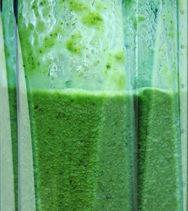 Smoothie verde Batido no close up do misturador imagem de stock royalty free