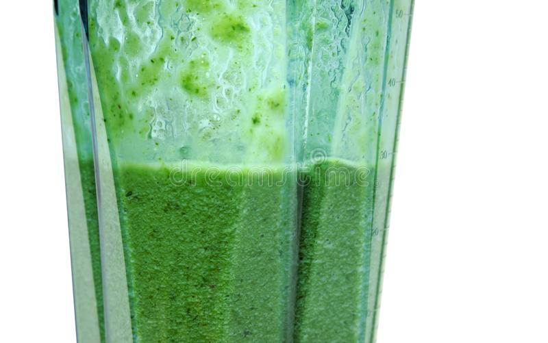 Smoothie verde Batido no misturador com fundo branco imagens de stock