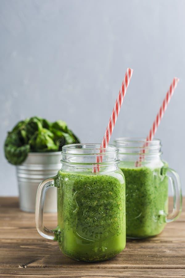 Smoothie verde con espinaca, la leche de Apple, del pepino y de coco fotos de archivo