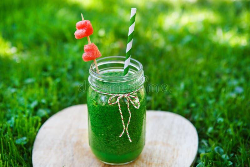 Smoothie verde de la espinaca como bebida sana del verano. fotos de archivo