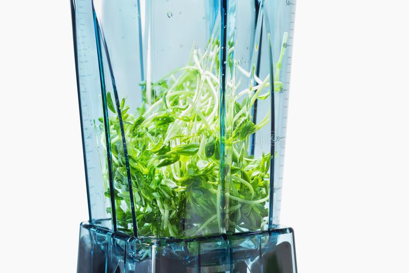 Smoothie verde Ingredientes para o batido verde no misturador com fotos de stock