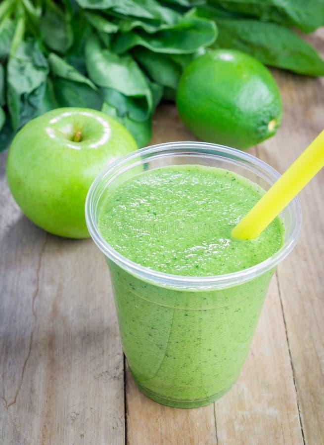 Smoothie verde sano con leche verde de la manzana, de la espinaca, de la cal y de coco fotos de archivo libres de regalías