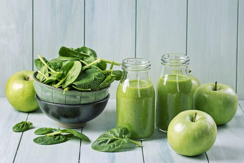 Smoothie vert avec des épinards images stock