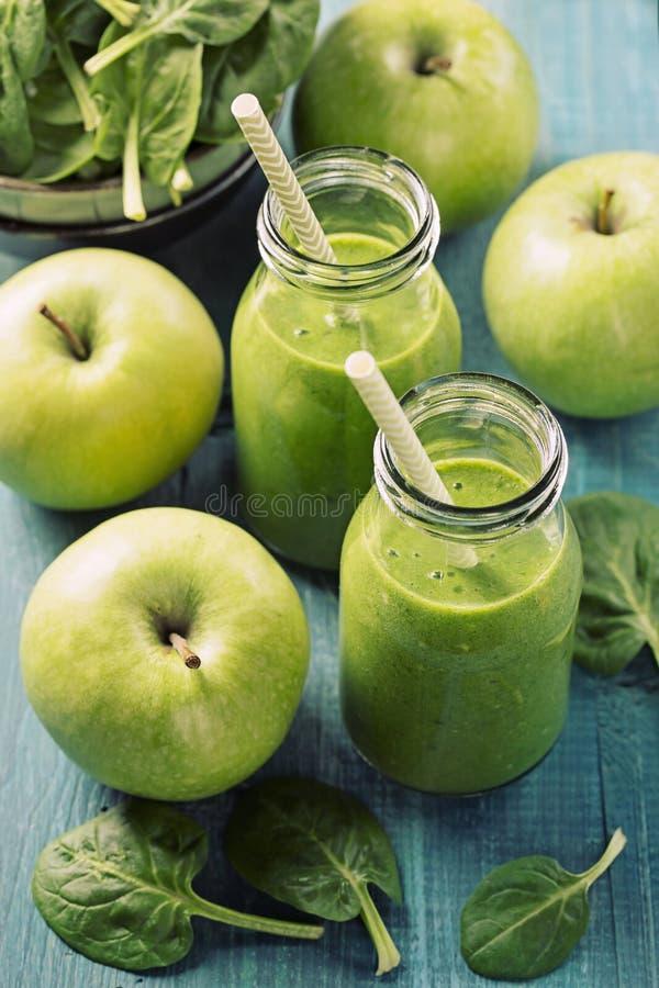 Smoothie vert avec des épinards et des pommes image stock