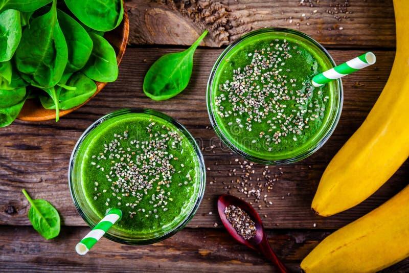 Smoothie vert avec des graines d'épinards, de banane et de chia sur un fond en bois Vue supérieure photo stock