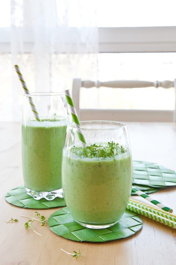 Smoothie vert avec des herbes photographie stock libre de droits