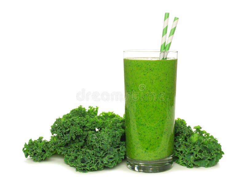 Smoothie vert avec le chou frisé d'isolement sur le blanc photo stock