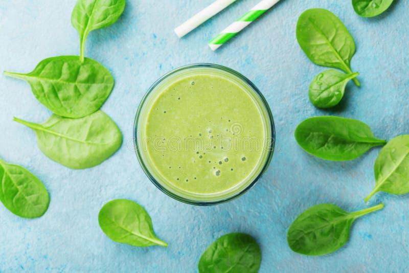 Smoothie vert d'épinards sur la vue supérieure bleue de table Detox et nourriture de régime pour le petit déjeuner image libre de droits