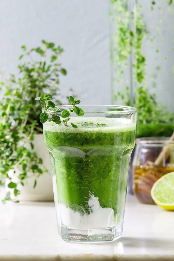 Smoothie vert de pomme d'épinards image stock