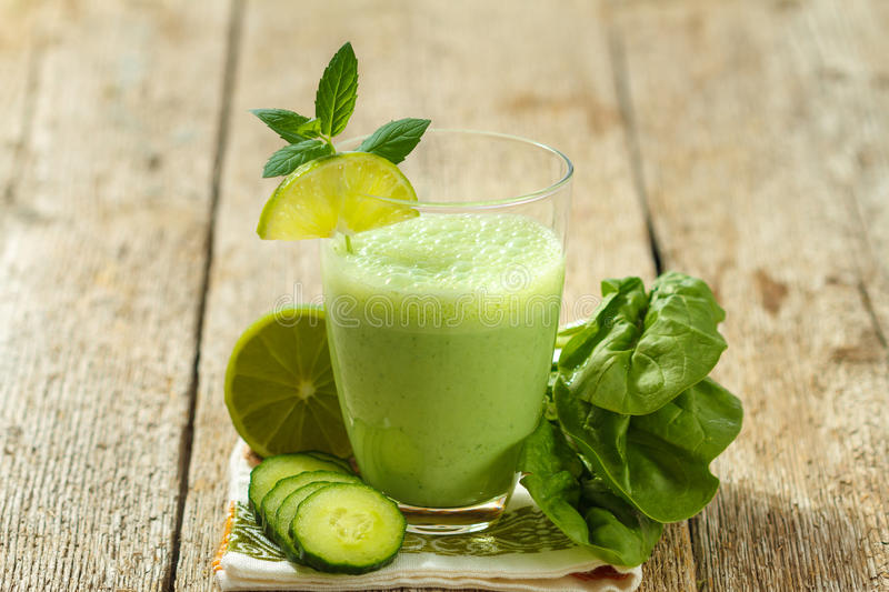 Smoothie vert sain photographie stock