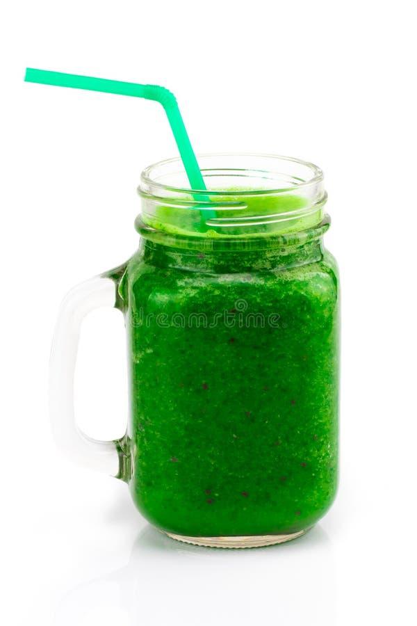 Smoothie vert sain avec la paille dans une tasse de pot sur le blanc images libres de droits