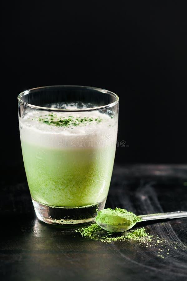Smoothie vert sain en verre avec la poudre photos libres de droits