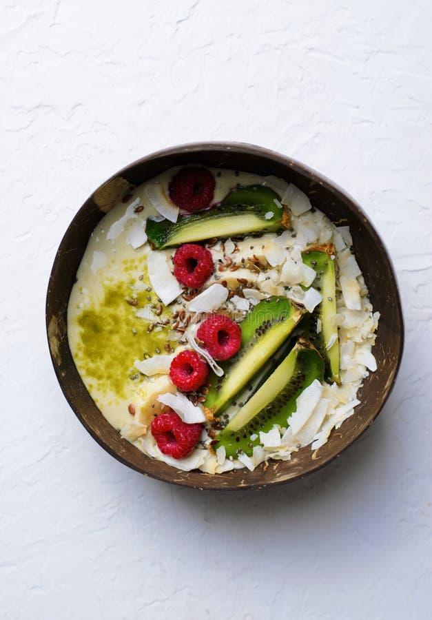 Smoothiebunke som överträffas med hallonet, kiwin, Chia, flaxseeden och kokosnöten arkivfoto