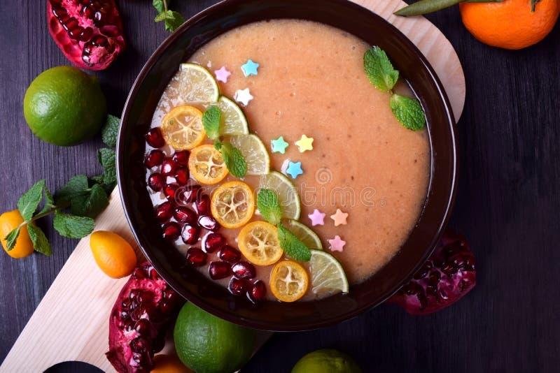 Smoothiebunke som garneras med kumquats, granatäpplet, limefrukt och mintkaramellen fotografering för bildbyråer