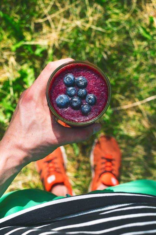 Smoothiegetränk ein Sportmann in einer Natur Gläser von Smoothie mit Beere und Minze Beere, Blatt und Kalk, raspberriesFruit Heal lizenzfreie stockfotografie