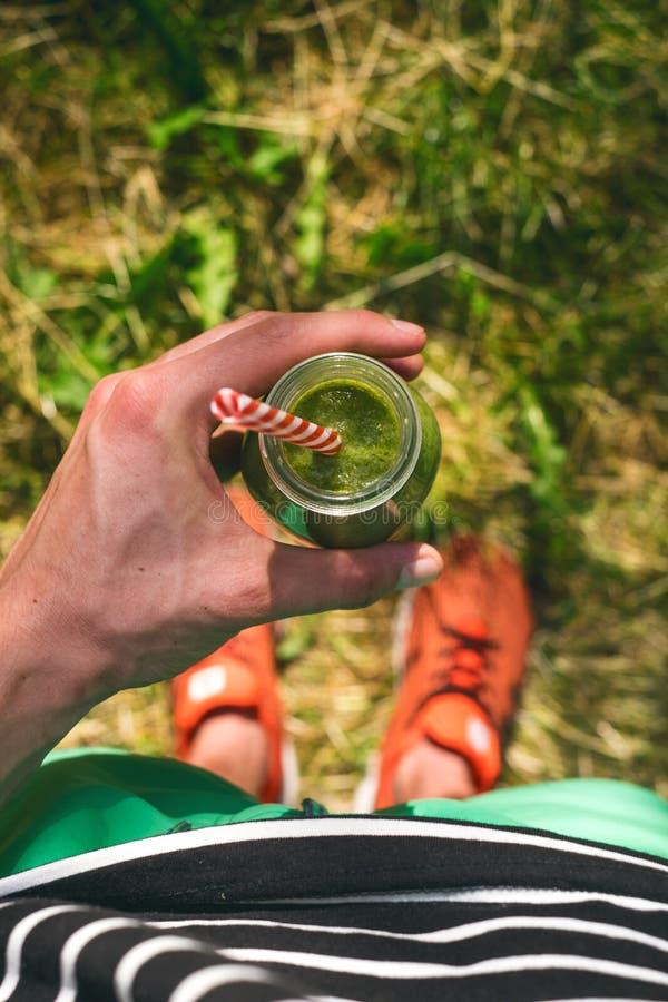Smoothiegetränk ein Sportmann in einer Natur Gläser von Smoothie mit Beere und Minze Beere, Blatt und Kalk, raspberriesFruit Heal stockbild