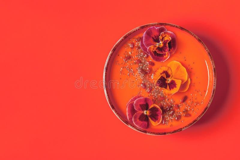 Smoothiekom met eetbare viooltjebloemen, chiazaden, gojibessen stock afbeeldingen