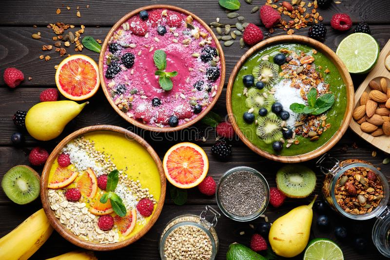 Smoothiekommen De gezonde ontbijtkom met chiazaden, muesli, bessen, vruchten en van kokosnotenvlokken kokosnoot schilfert af vega royalty-vrije stock afbeelding