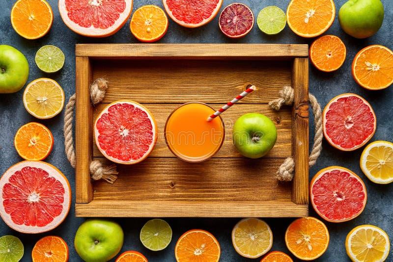 Smoothien eller ny fruktsaft i trämagasin, detoxen för antioxidanten för den sunda livsstilstrikt vegetarian den organiska bantar arkivfoton