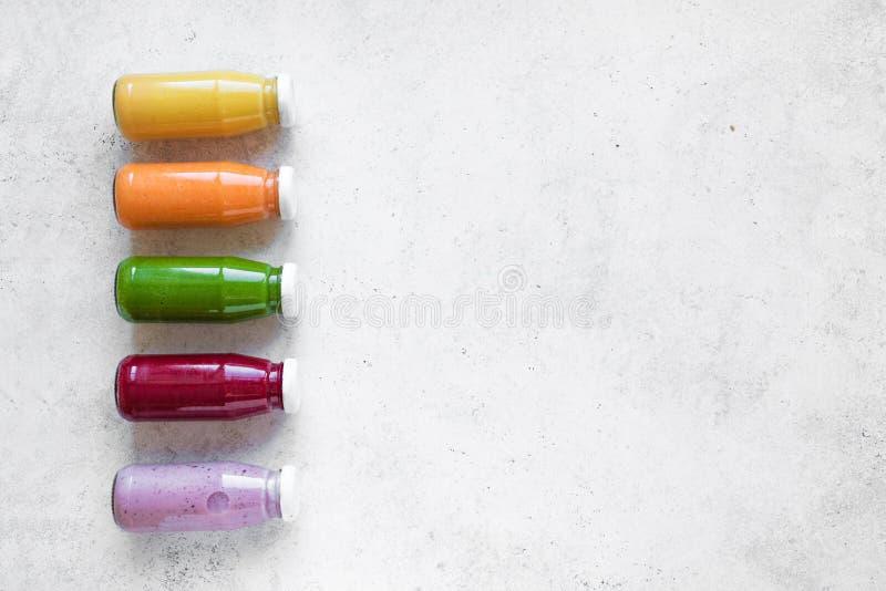 Smoothies или соки в бутылках стоковые изображения rf