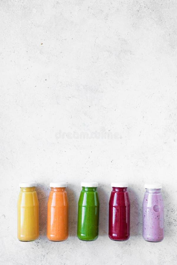 Smoothies или соки в бутылках стоковая фотография