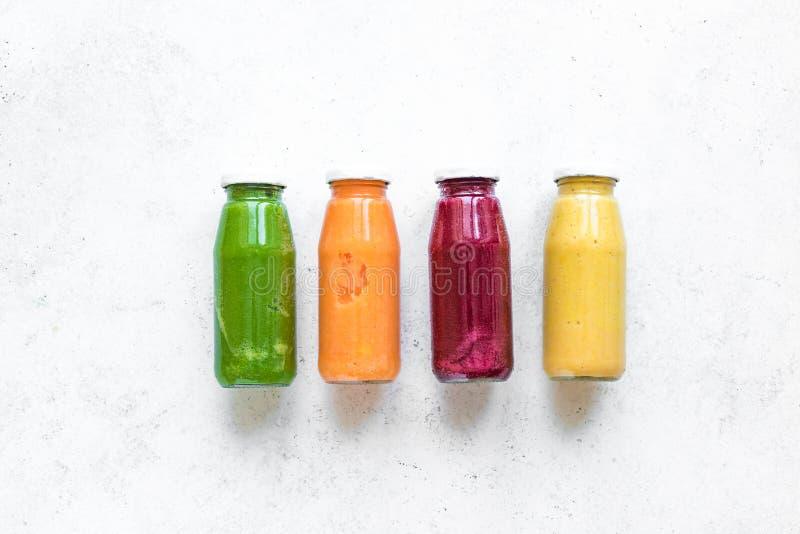 Smoothies или соки в бутылках стоковые фотографии rf