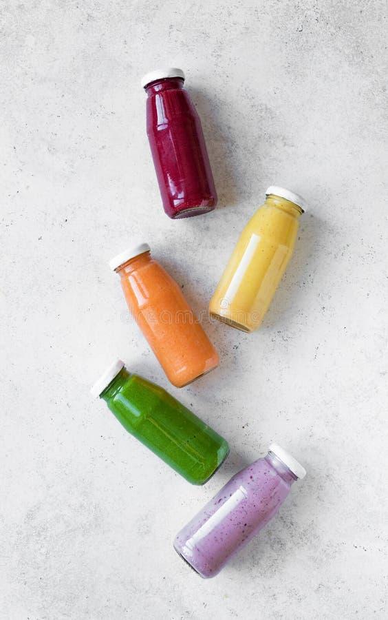 Smoothies или соки в бутылках стоковое изображение