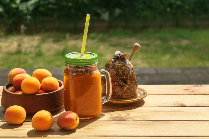 Smoothies абрикоса с медом стоковые фото