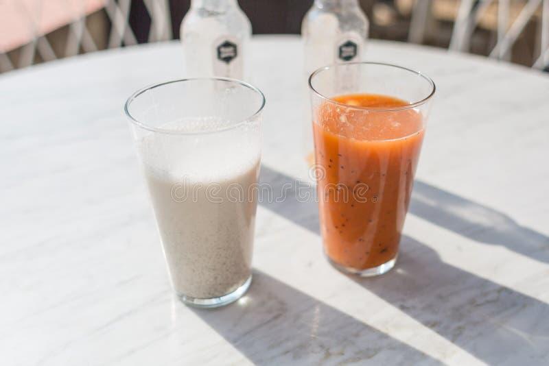 2 smoothies: апельсин ванили и дыни стоковая фотография