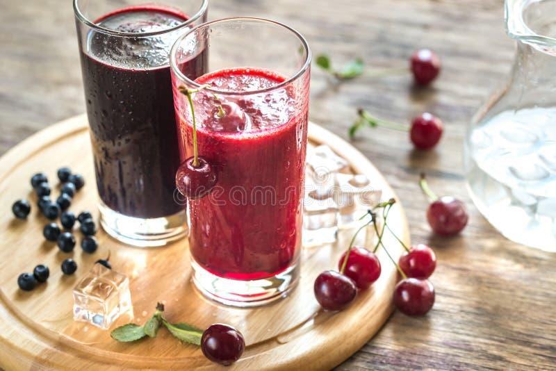 Smoothies вишни и черники стоковая фотография