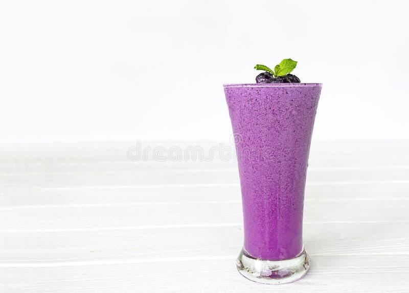 Smoothies голубики, фруктовые соки и голубики на белой деревянной предпосылке Питье в утре для хороших здоровий стоковые изображения