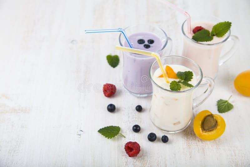 Smoothies или югурт с свежими ягодами Milkshakes с raspberr стоковое фото