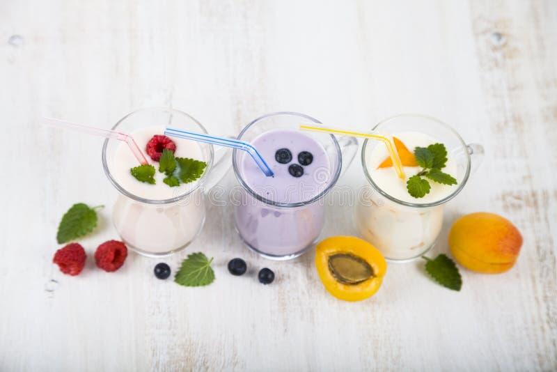 Smoothies или югурт с свежими ягодами Milkshakes с raspberr стоковое фото rf