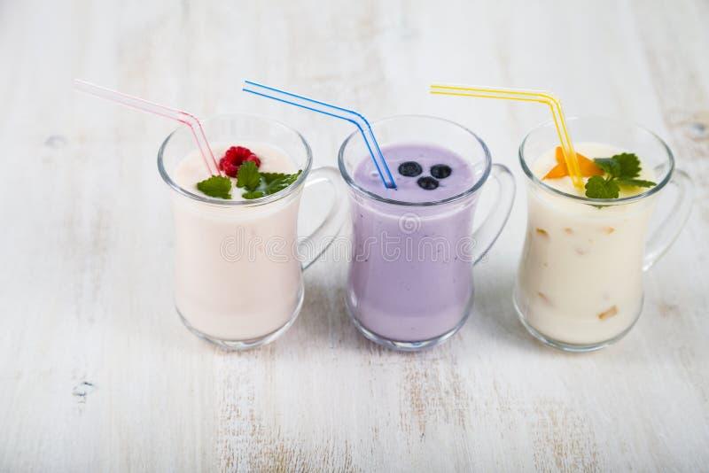 Smoothies или югурт с свежими ягодами Milkshakes с raspberr стоковая фотография rf