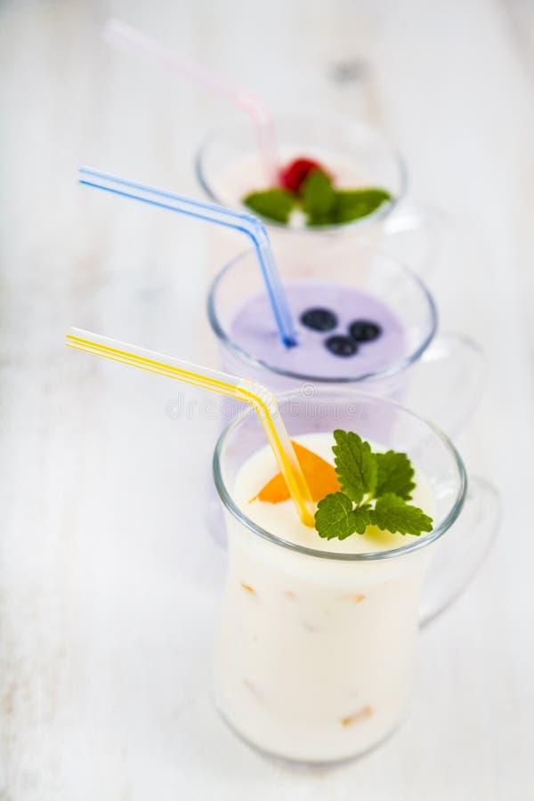 Smoothies или югурт с свежими ягодами Milkshakes с raspberr стоковые изображения rf