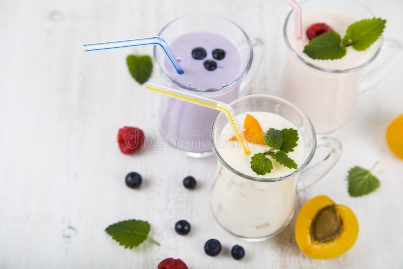 Smoothies или югурт с свежими ягодами Milkshakes с raspberr стоковое изображение rf