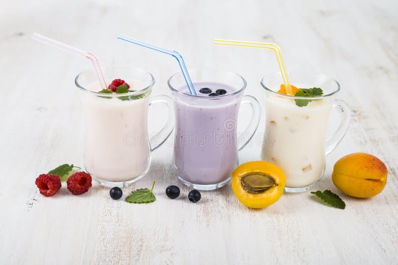 Smoothies или югурт с свежими ягодами Milkshakes с raspberr стоковая фотография