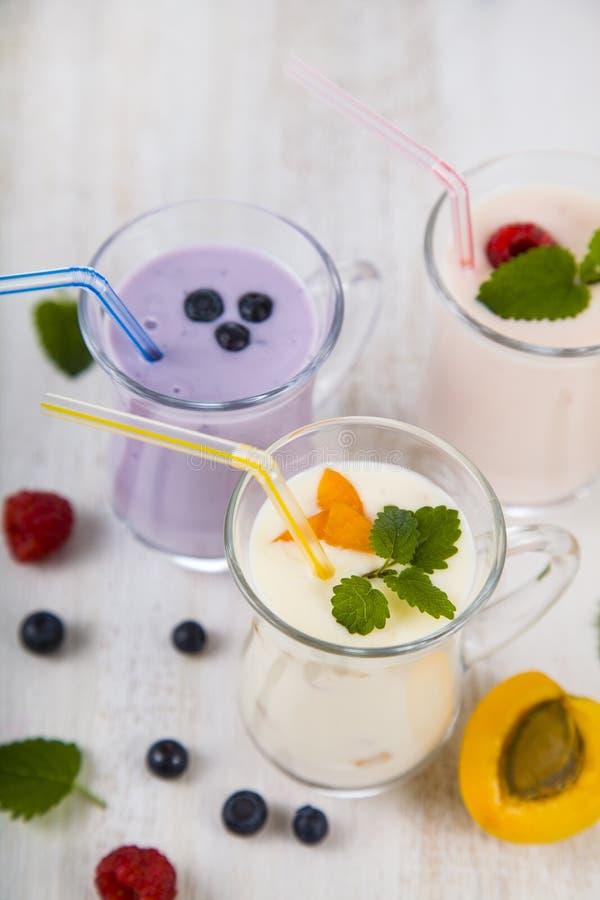 Smoothies или югурт с свежими ягодами Milkshakes с raspberr стоковые фото