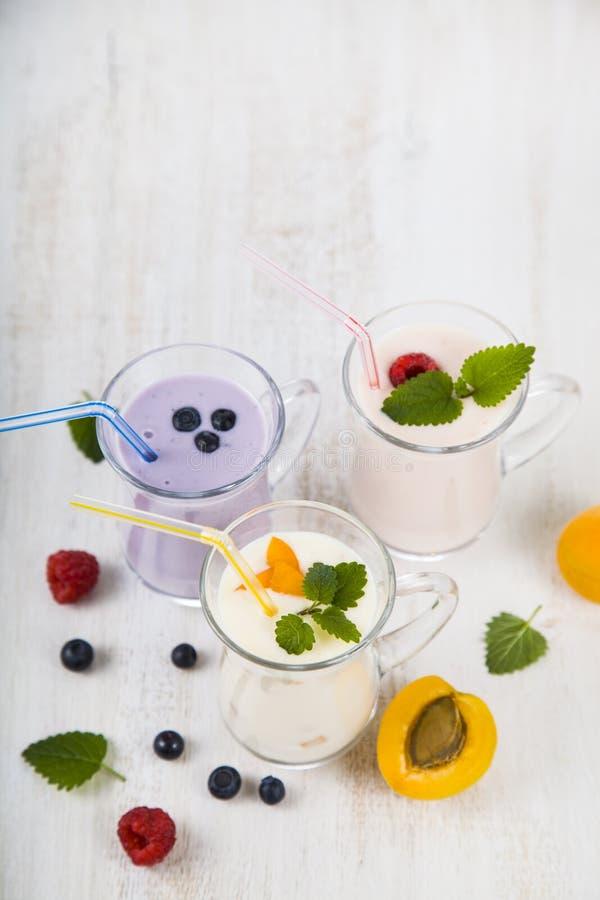 Smoothies или югурт с свежими ягодами Milkshakes с raspberr стоковые изображения