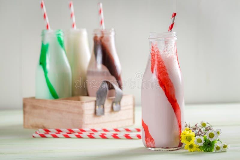 Smoothies сделанные из свежей клубники стоковая фотография rf