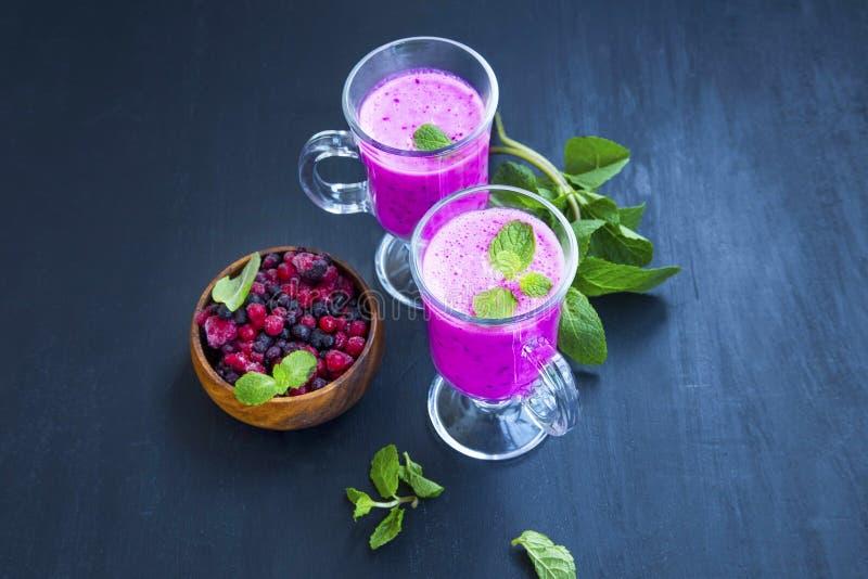 Smoothies ягоды в стеклах с листьями свежей мяты и ягодами bo стоковые изображения