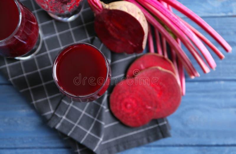 Smoothies antioxidantes de la remolacha y remolachas cortadas foto de archivo libre de regalías