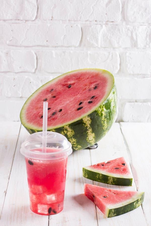 Smoothies av vattenmelon Juice In per den plast- koppen med ett sugrör Fre arkivbilder