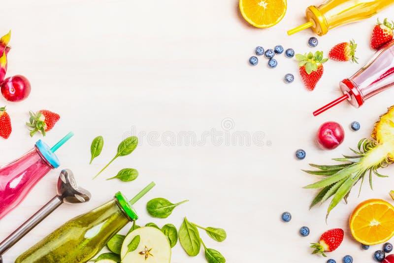 Smoothies coloridos: verde, rosado, amarillo y rojo con los ingredientes para la consumición sana, el detox o el concepto de la c imagenes de archivo