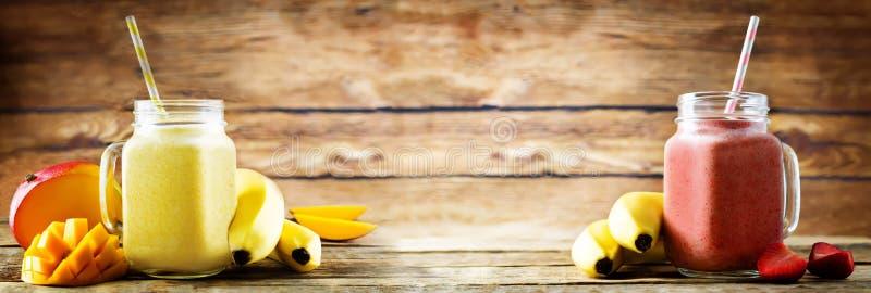 Smoothies de banane de fraise et de banane de mangue photos libres de droits