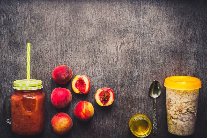 Smoothies de fruit Smoothie de pêche Pêche et farine d'avoine Petit déjeuner délicieux et sain modifié la tonalité images stock