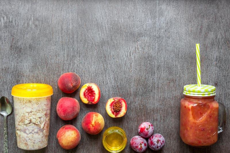 Smoothies de fruit Smoothie de pêche et de prune Pêche, prune et farine d'avoine Petit déjeuner délicieux et sain photographie stock