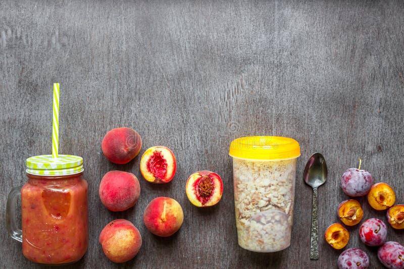 Smoothies de fruit Smoothie de pêche et de prune Pêche, prune et farine d'avoine Petit déjeuner délicieux et sain photo stock