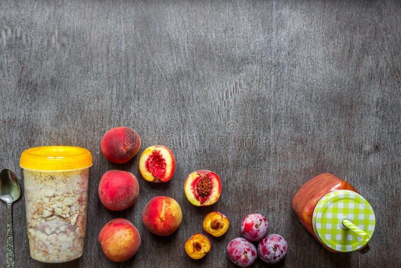 Smoothies de fruit Smoothie de pêche et de prune Pêche, prune et farine d'avoine Petit déjeuner délicieux et sain image libre de droits