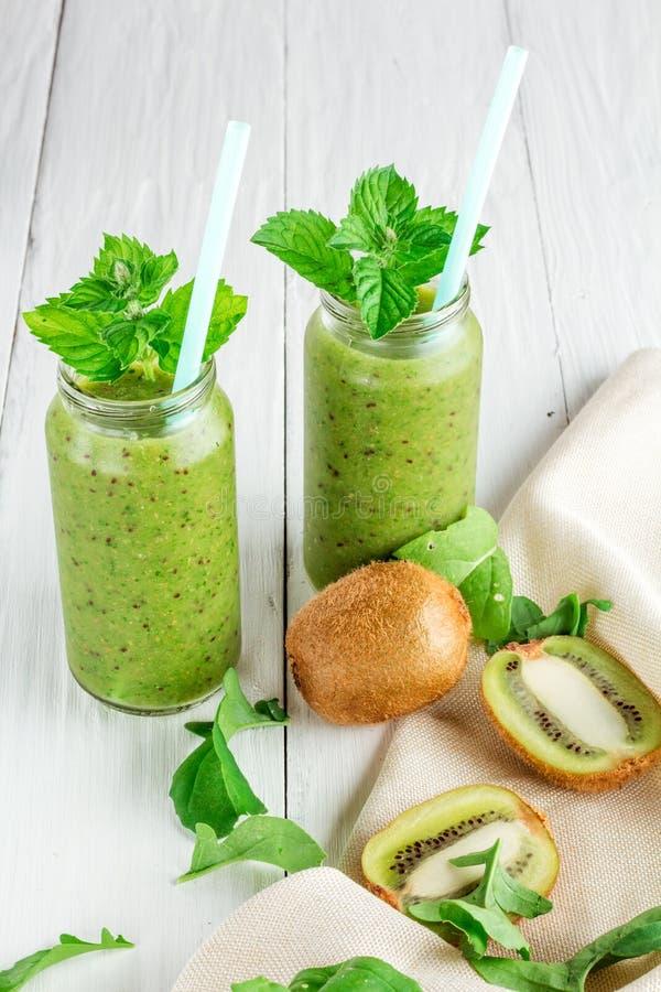 Smoothies de fruits et légumes hors de kiwi, arugula images libres de droits